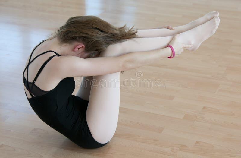 Scaldarsi del ballerino di balletto fotografia stock