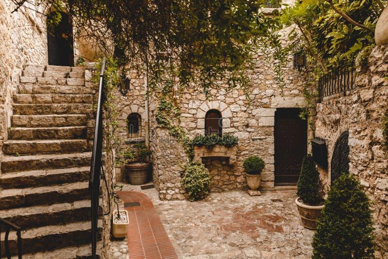 scale al piccolo atrio di costruzione di pietra antica, immagini stock libere da diritti