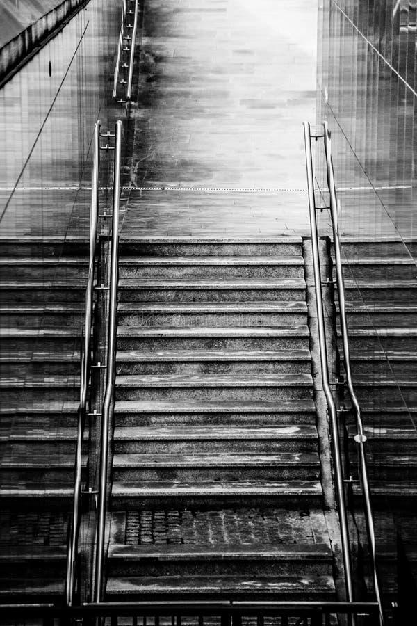 Scale alla stazione della metropolitana immagine stock libera da diritti