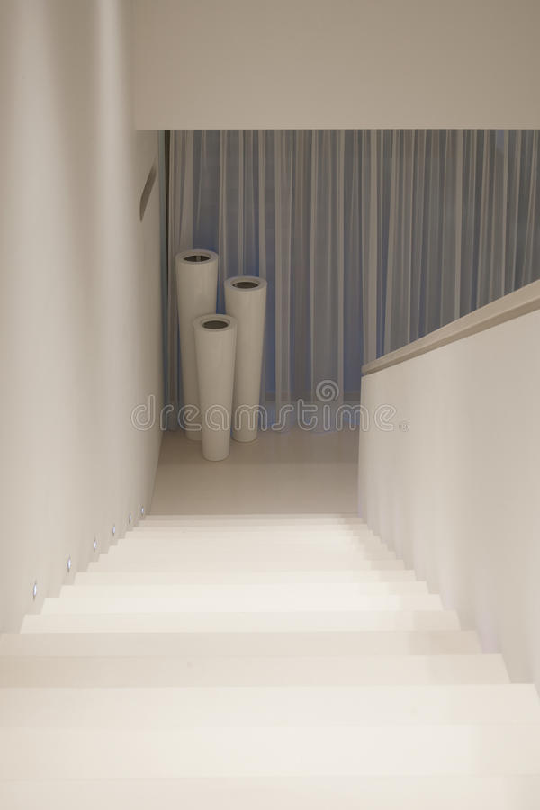 Casa bianca e marrone elegante fotografia stock immagine for Casa moderna bianca