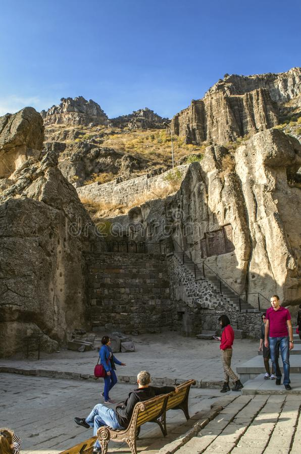 Scale che conducono ai medio evo, parte extant della caverna della chiesa sul territorio del monastero di Geghard dell'Armenia fotografie stock