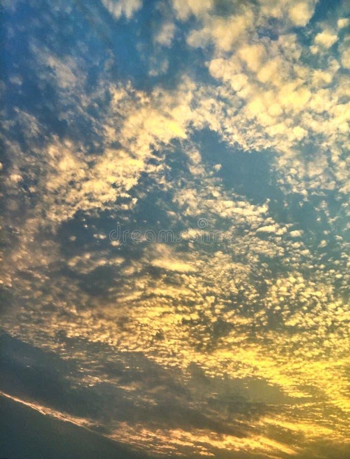 Scale che uguagliano nuvola fotografie stock