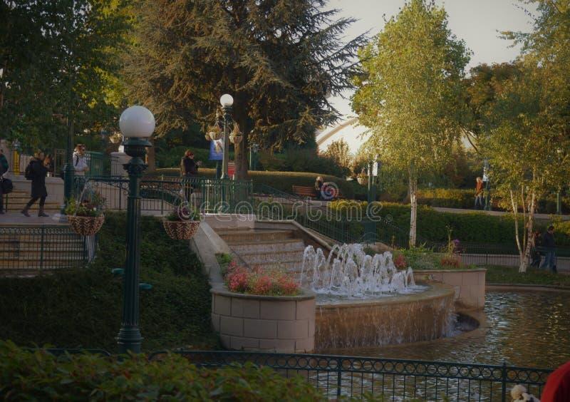 Scale con la fontana ed i pali della luce fotografia stock