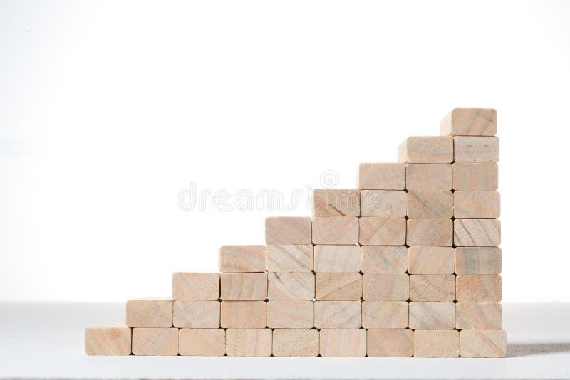 Scale a configurazione di successo con i blocchi di legno su fondo grigio con lo spazio della copia immagini stock