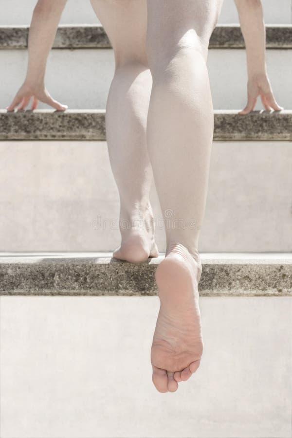 Scale dei piedi nudi della donna fotografia stock libera da diritti