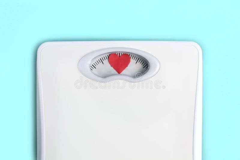 Scale del pavimento con i cuori invece dei numeri Ami il vostro concetto di corpo Motivazione di stile di vita Priorit? bassa blu immagini stock