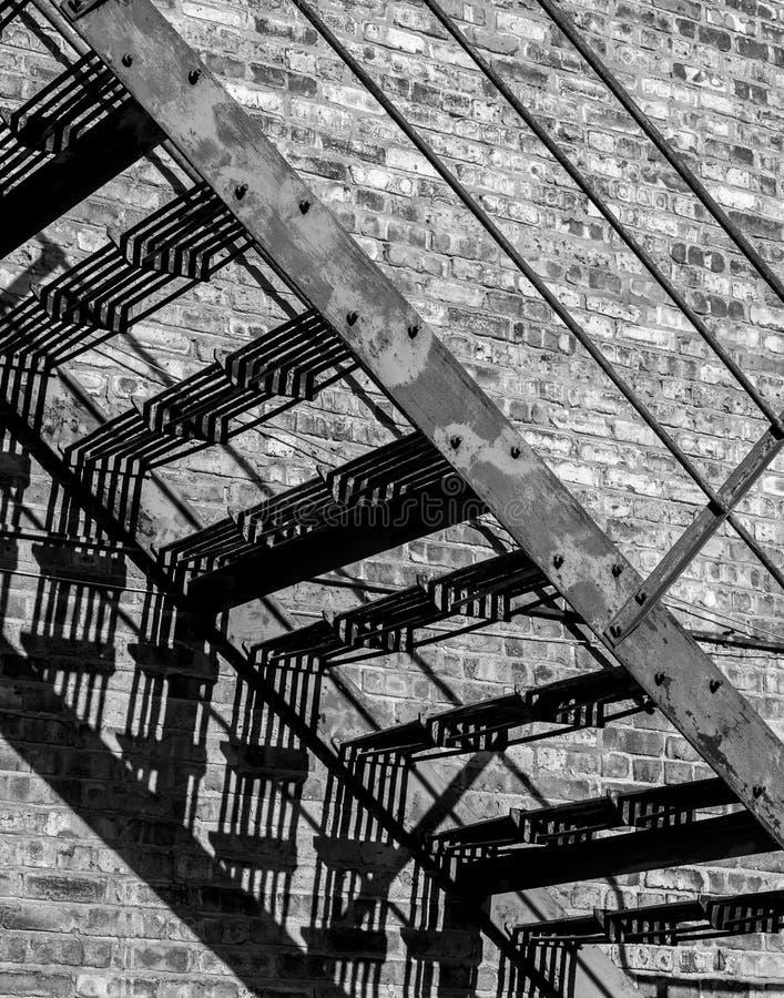 Scale dell'uscita di sicurezza su una vecchia costruzione fotografie stock