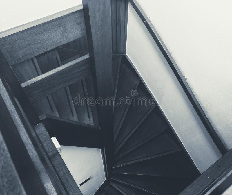 Scale di legno nuovo ed in un primo piano in bianco e nero pulito moderno della casa, fotografia stock