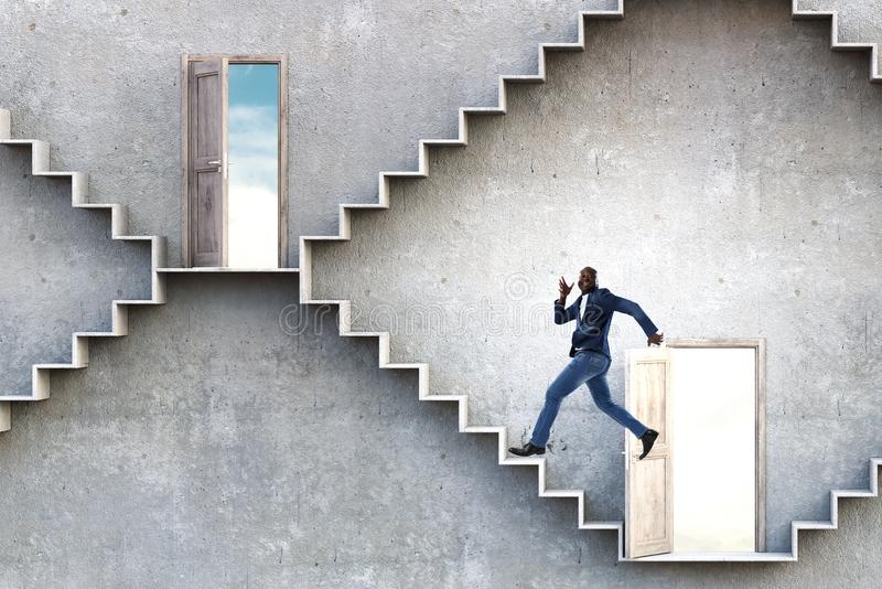 Scale di pietra rampicanti dell'uomo d'affari nero che illustrano sviluppo di carriera e concetto di successo Media misti fotografia stock libera da diritti