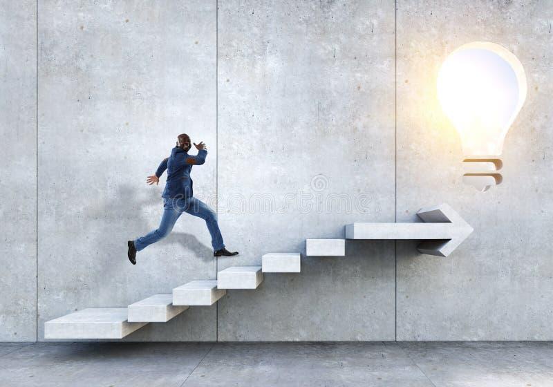 Scale di pietra rampicanti dell'uomo d'affari nero che illustrano sviluppo di carriera e concetto di successo Media misti fotografia stock