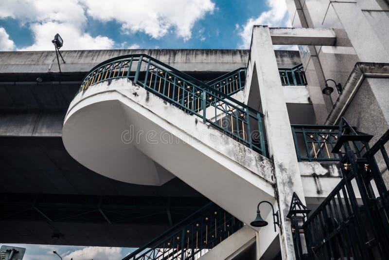 Scale di vista dal basso al supporto del ponte contro un bl fotografia stock
