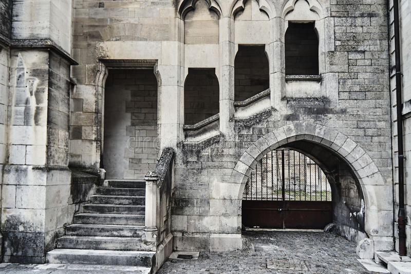 Scale e conventi di pietra in una costruzione gotica immagini stock libere da diritti