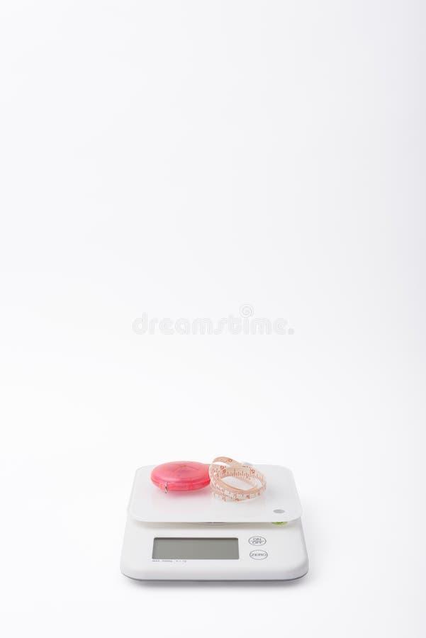 Scale e tapeline bianchi dell'alimento fotografie stock