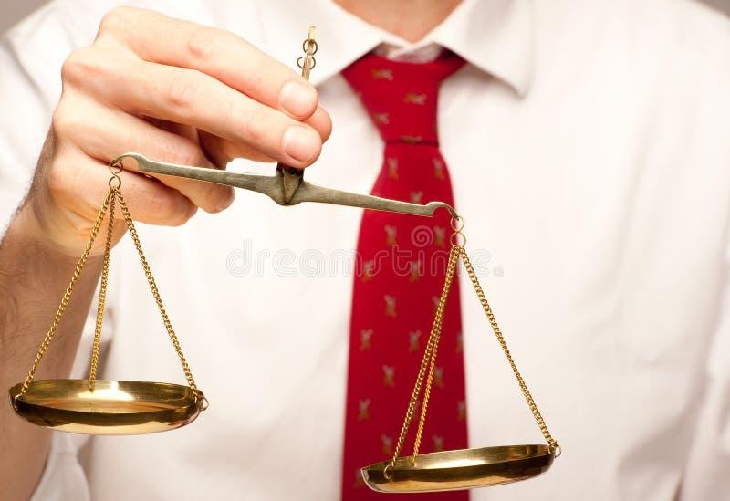 scale för affärsmanholdingrättvisa royaltyfria foton