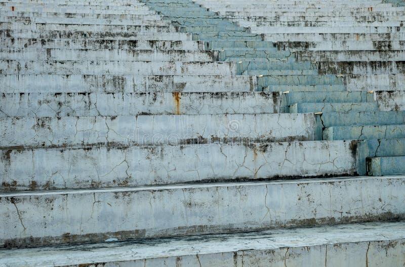 Scale fotografate del primo piano alla via La struttura è fatta delle lastre di cemento armato fotografia stock