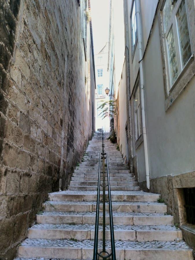 scale fra due costruzioni Lisbona, Portogallo immagine stock libera da diritti
