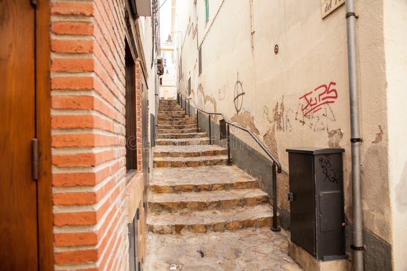 Scale fra le case vicino alle vie strette di Lloret de Mar immagini stock