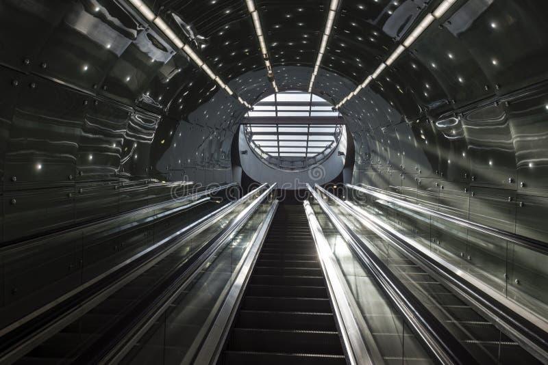 Scale futuristiche del sistema del sottopassaggio di Varsavia immagine stock libera da diritti