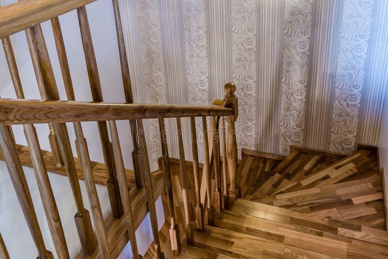 Scale interne di legno decorative di una Camera moderna immagine stock libera da diritti