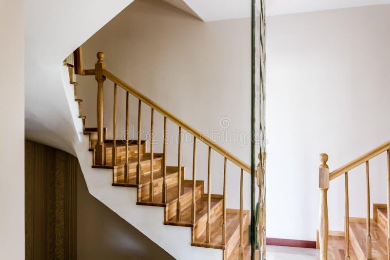 Scale interne di legno decorative di una Camera moderna fotografia stock