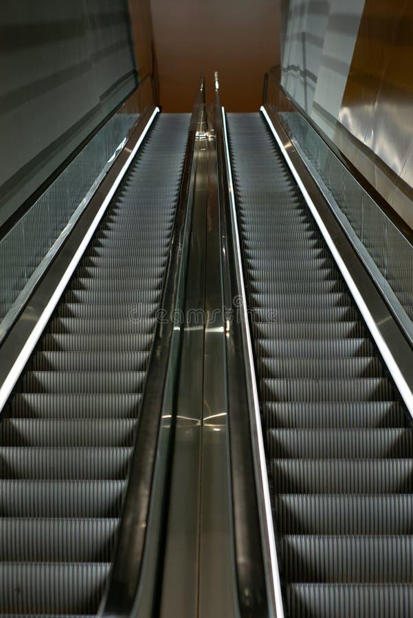 Scale mobili in un centro commerciale vuoto a Singapore con effetto del mosso fotografie stock