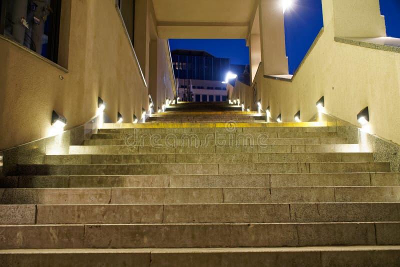 Scale moderne di stile di minimalismo con illuminazione di notte fotografia stock libera da diritti