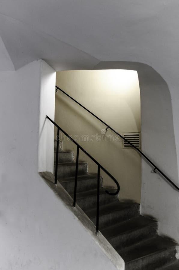 Scale in parete bianca immagini stock