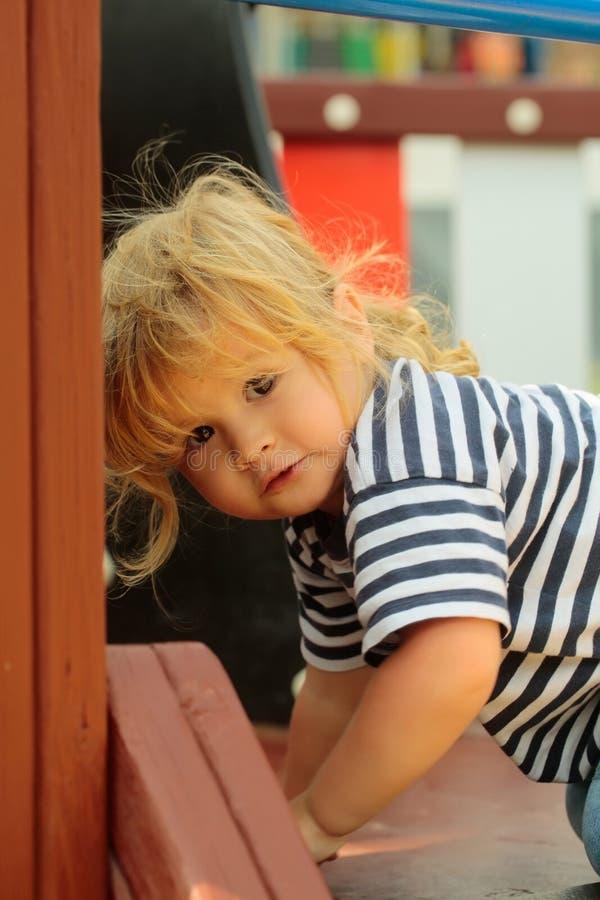 Scale rampicanti del neonato sveglio in casetta per giocare fotografie stock libere da diritti