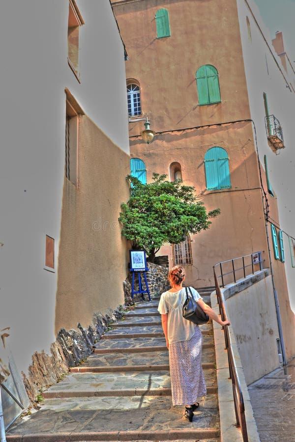 Scale rampicanti della donna nella città Mediterranea di Collioure, Francia fotografie stock libere da diritti