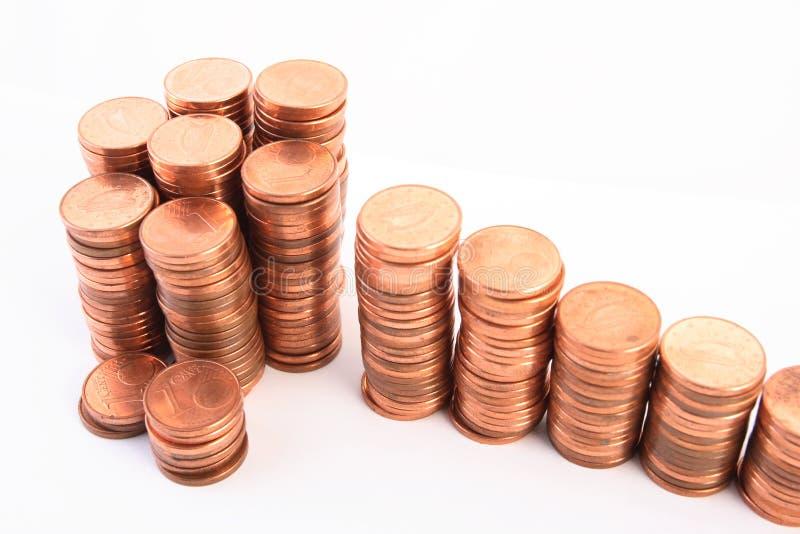 Scale a ricchezza, fatta delle colonne delle monete immagine stock