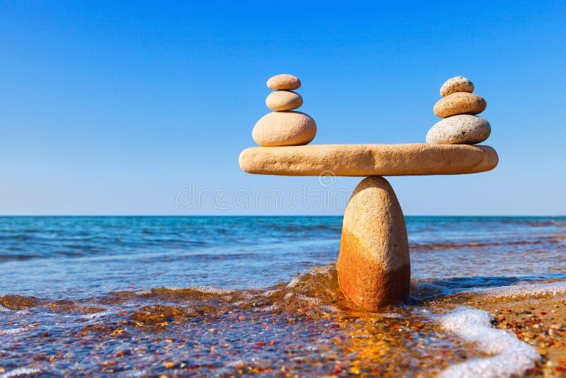 Scale simboliche delle pietre, illuminate dal sole di sera, a immagine stock