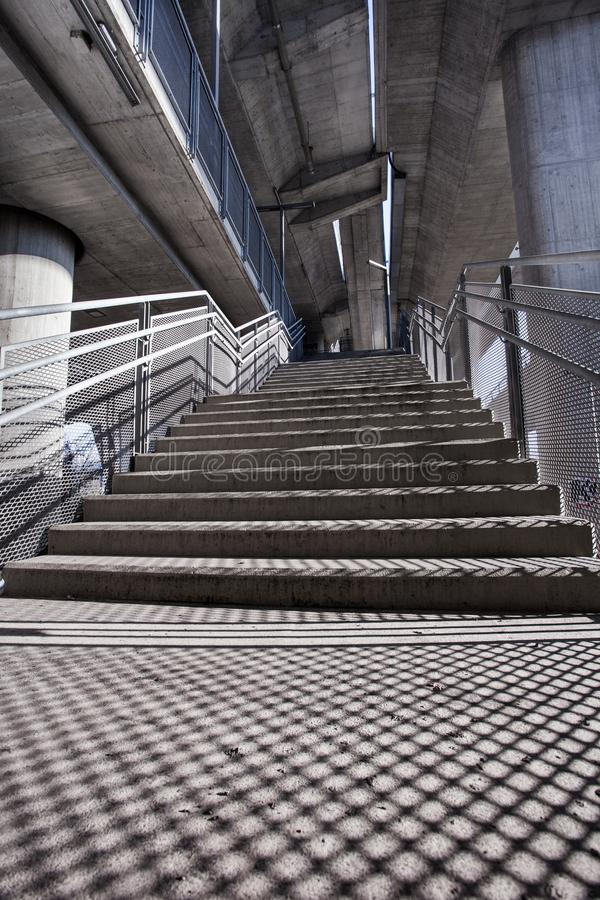 Scale sotto il ponte urbano fotografia stock libera da diritti