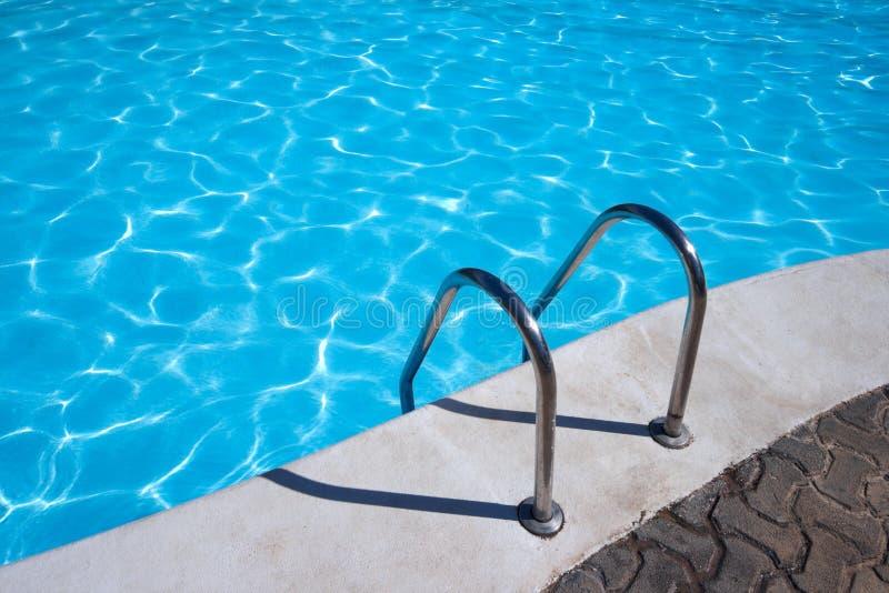 Scaletta alla piscina fotografie stock