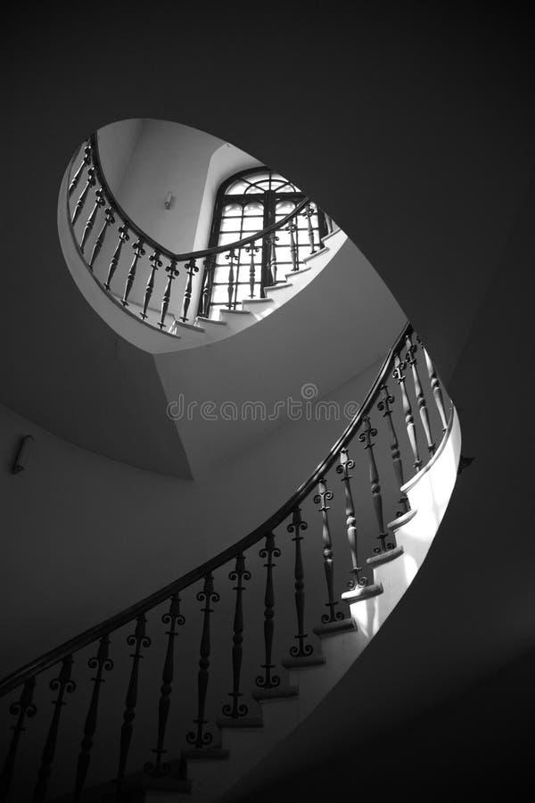 Scaletta classica rotonda in un interiore di un tempiale fotografia stock