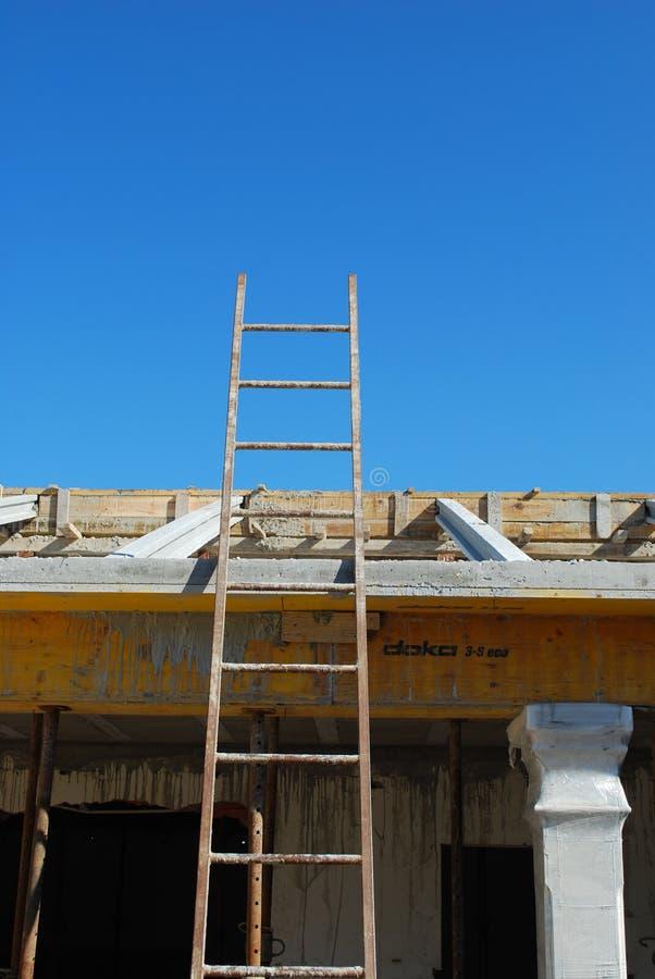 Scaletta per accedere alla struttura sul tetto fotografia stock
