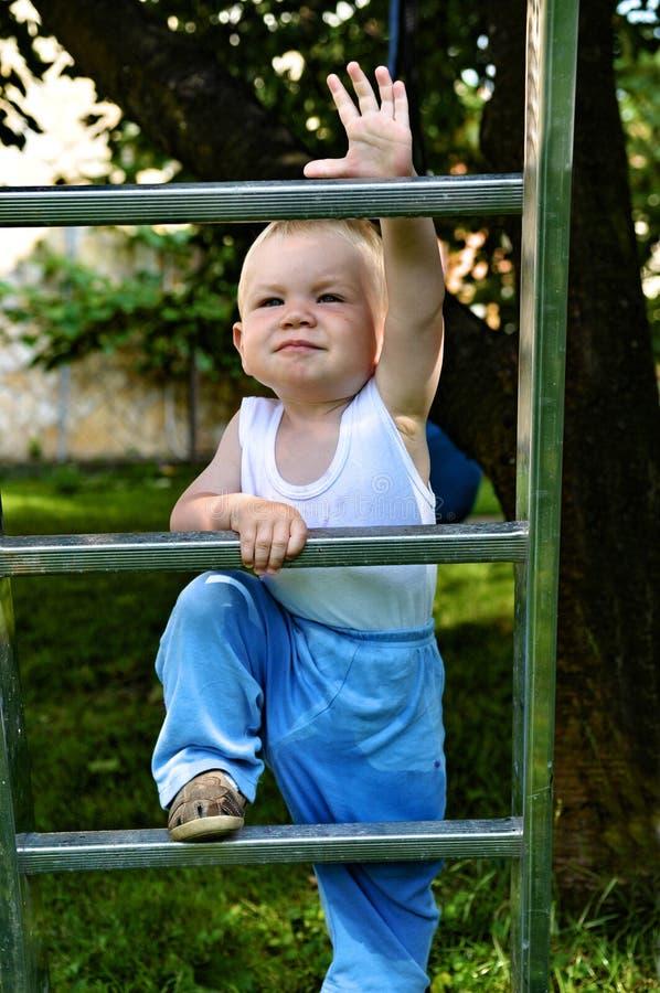 Scaletta rampicante del ragazzo fotografia stock libera da diritti