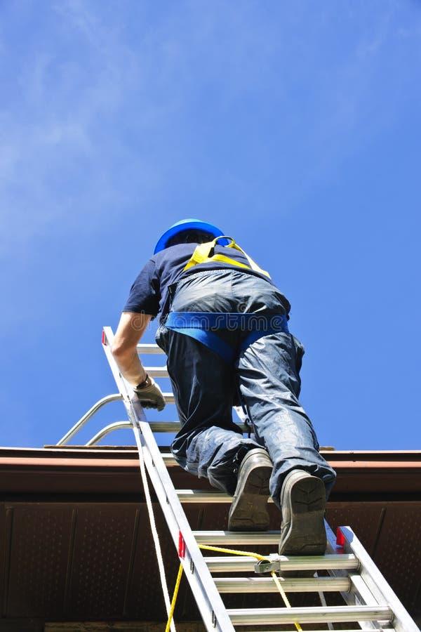 Scaletta rampicante dell'operaio di costruzione fotografia stock libera da diritti