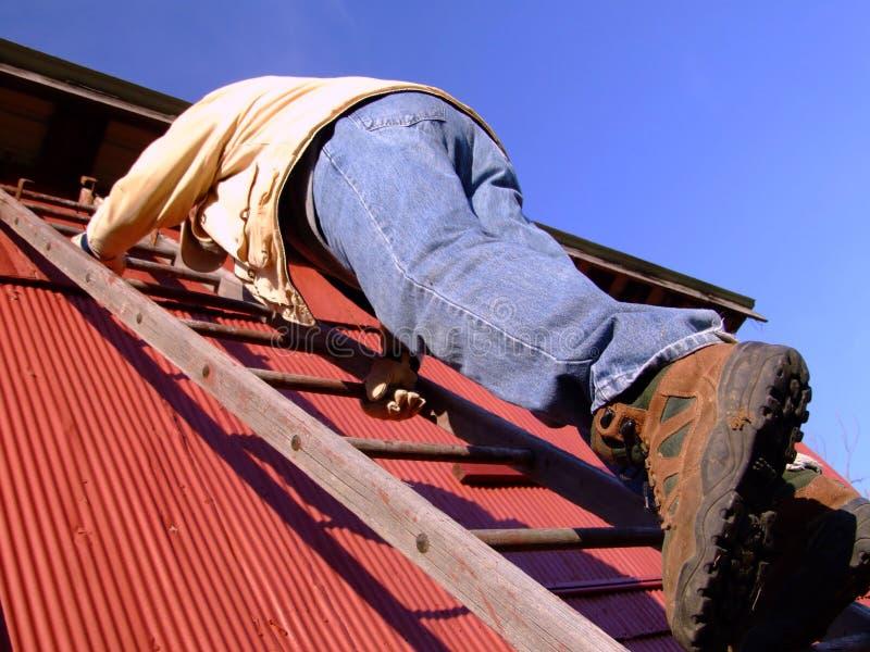 Scaletta rampicante dell'uomo fotografie stock libere da diritti
