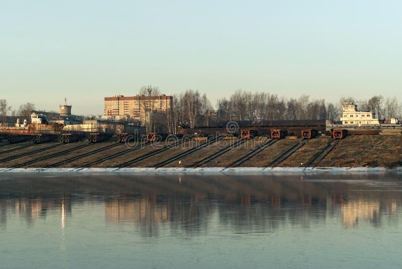 scali di alaggio dell'iarda di riparazione navale per le navi del fiume fotografie stock libere da diritti