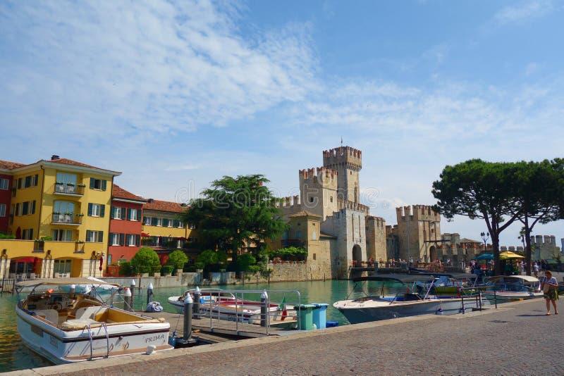 Scaliger城堡在湖的位于北意大利的加尔达西尔苗内近到维罗纳 库存照片