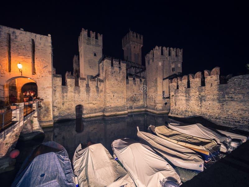 Scaliger kasztel w Sirmione na jeziorze przy nocą, Garda, Lombardy, I zdjęcia royalty free