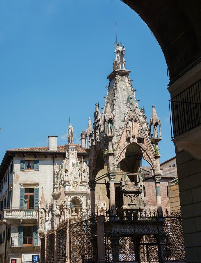 Scaligerarme Gothische Grabsteine der Vertreter der Familie Scaliger - Herrscher von Verona im XIII-XIV Jahrhundert. stockbild