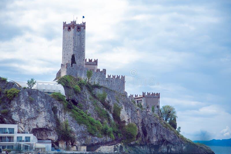 Scaligerkasteel in Malcesine op een rots op meer Garda stock foto's