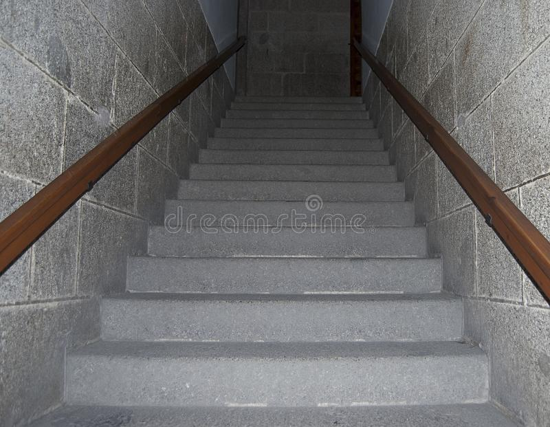 Scalini di pietra da innalzare o abbassare con ringhiere di legno immagine stock libera da diritti