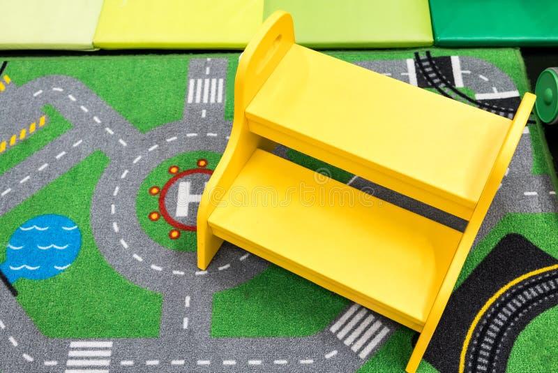 Scalino di legno giallo di sicurezza per il bambino fotografia stock libera da diritti