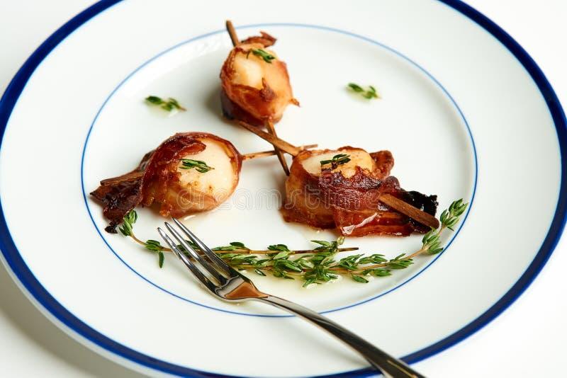 Scallops envolvidos bacon imagens de stock royalty free