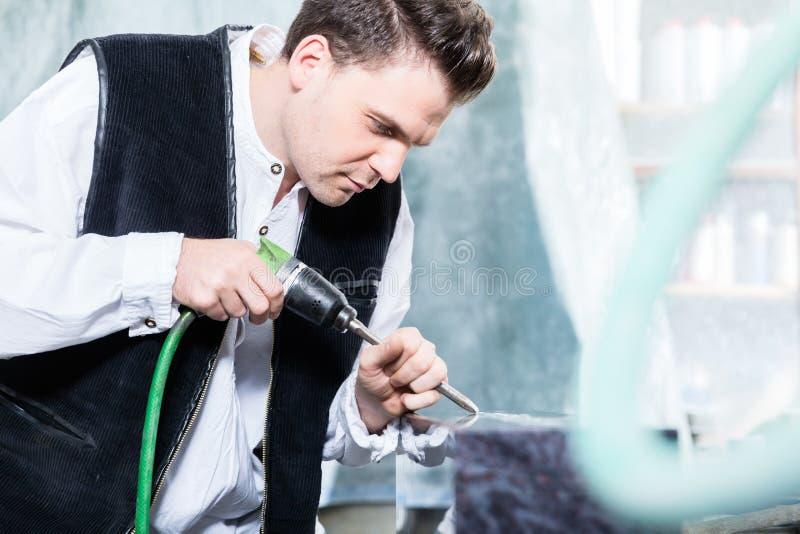 Scalpellino che lavora con lo scalpello pneumatico fotografia stock libera da diritti