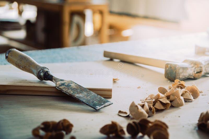 Scalpello o sgorbiatura per legno sul banco da lavoro del carpentiere Gruppo di lavoro di carpenteria Carpentiere Tools fotografia stock libera da diritti