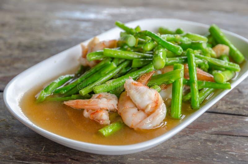Scalpore Fried Asparagus con gamberetto immagini stock libere da diritti