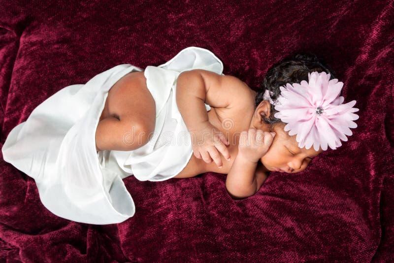 Scalpore neonate afroamericane della ragazza leggermente nel suo sonno fotografia stock